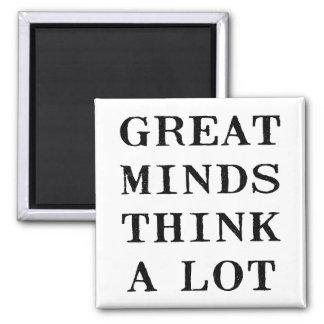 Las grandes mentes piensan imán cuadrado