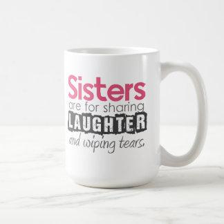 Las hermanas están para compartir risa… taza básica blanca