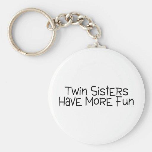 Las hermanas gemelas se divierten más llavero