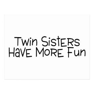 Las hermanas gemelas se divierten más tarjeta postal