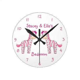 Las hermanas rosadas de la cebra personalizaron el reloj redondo mediano