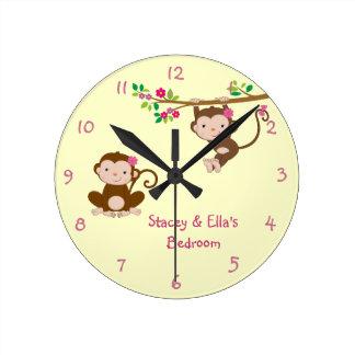 Las hermanas rosadas del mono personalizaron el do reloj redondo mediano