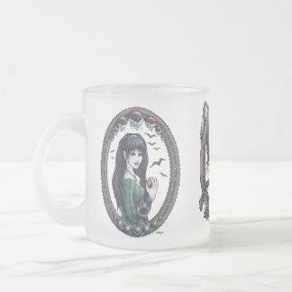 Las heroínas del cuento de hadas encantaron la taza de cristal