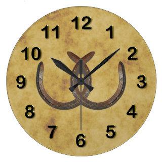 Las herraduras afortunadas rústicas apenaron el reloj redondo grande