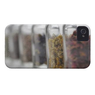 Las hierbas que una botella de cristal contiene funda para iPhone 4