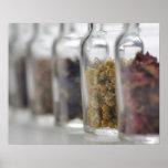 Las hierbas que una botella de cristal contiene posters