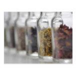 Las hierbas que una botella de cristal contiene tarjeta postal