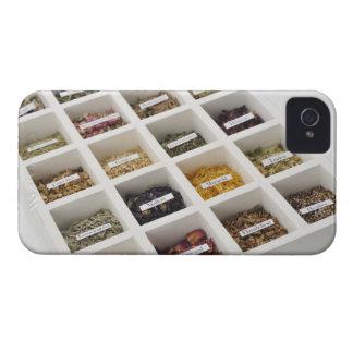 Las hierbas que una caja contiene funda para iPhone 4 de Case-Mate
