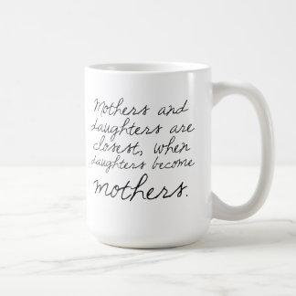 Las hijas hacen taza de la cita de las madres