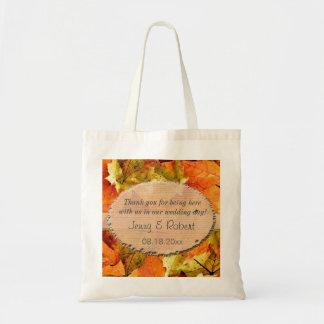 las hojas coloridas de la caída que casan favor le bolsas
