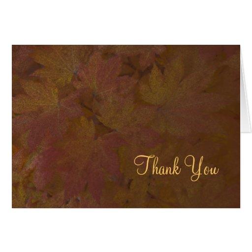 Las hojas de arce coloreadas le agradecen observar tarjeta de felicitación