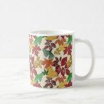 Las hojas de otoño detallaron colores silenciados taza de café