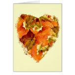 Las hojas de otoño en un corazón forman, esconden tarjeton