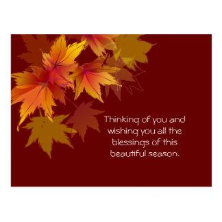 Las hojas de otoño están cayendo tarjeta postal