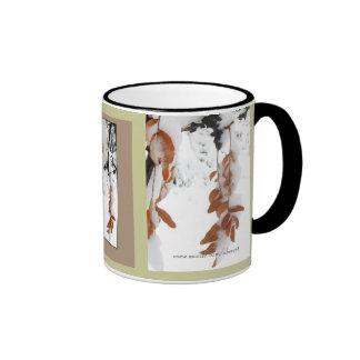 Las hojas del café y del té de la nieve asaltan taza de dos colores