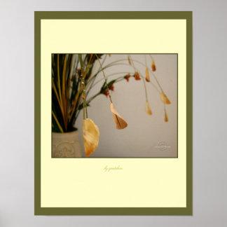Las hojas que arquean suavemente el poster cerca g