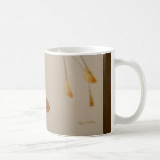 Las hojas que arquean suavemente la taza del
