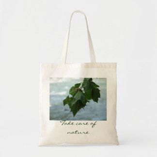 Las hojas/toman el cuidado del bolso de la natural bolsa