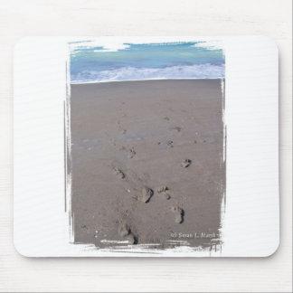Las huellas en playa enarenan la parte posterior a mouse pads