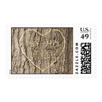 Las iniciales y la fecha tallaron en árbol sello postal