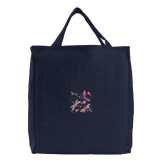 Las libélulas y las flores bordaron la bolsa de as