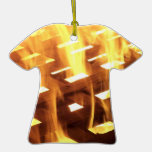Las llamas del fuego a través de una fotografía de ornamento para arbol de navidad