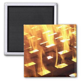 Las llamas del fuego a través de una fotografía de imán de frigorífico