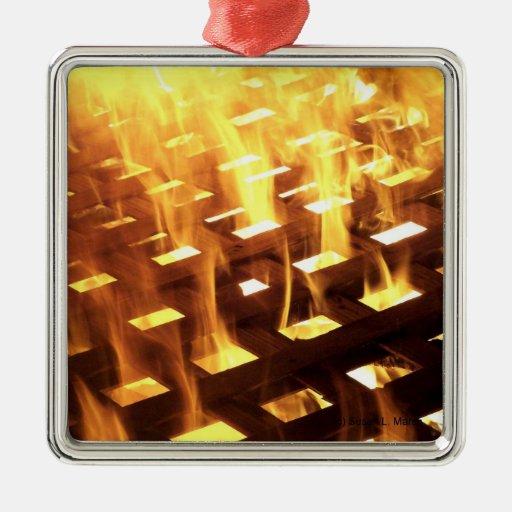 Las llamas del fuego a través de una fotografía adorno cuadrado plateado