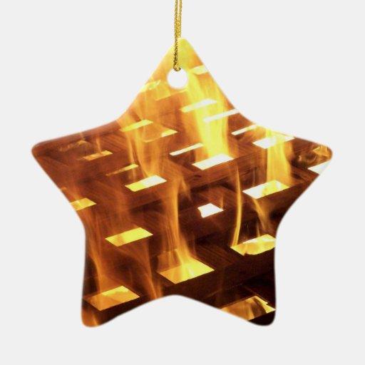 Las llamas del fuego a través de una fotografía adorno de cerámica en forma de estrella