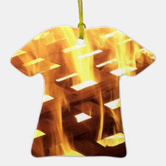 Las llamas del fuego a través de una fotografía ornamento para arbol de navidad