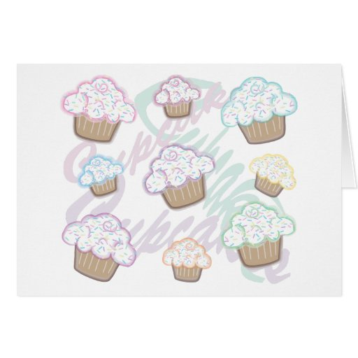 Las magdalenas con el pastel asperjan tarjeta de felicitación