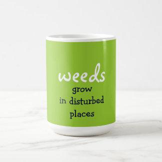 las malas hierbas crecen en lugares perturbados taza