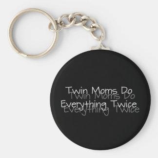 Las mamáes gemelas hacen todo dos veces llavero redondo tipo pin