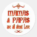 Las mamáes y las papás son amor etiqueta redonda