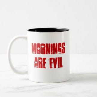 Las mañanas son malvadas taza de dos tonos