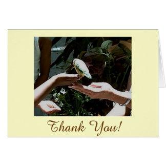 Las manos amigas le agradecen cardar tarjeta de felicitación