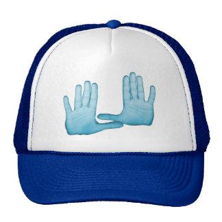 Las manos azules se doblan en los gestos gorra