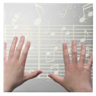 Las manos de la mujer azulejo cuadrado grande