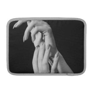 Las manos de la mujer funda macbook air