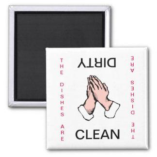 Las manos de rogación limpian el imán sucio del la