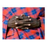 Las manos del hombre de Maasai, protección de Postales