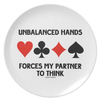 Las manos desequilibradas fuerzan a mi socio a pen plato para fiesta