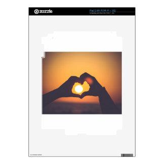 Las manos hacen un símbolo del amor calcomanías para iPad 2
