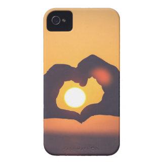 Las manos hacen un símbolo del amor Case-Mate iPhone 4 cárcasa
