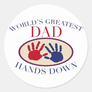 Las manos más grandes del papá del mundo abajo pegatina redonda