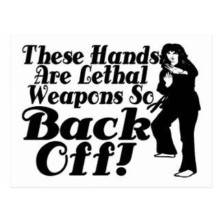 Las manos son artista marcial de sexo femenino de  postal