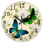 Las mariposas azules y verdes en Dogwood florecen  Reloj