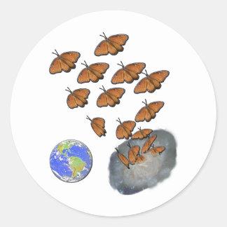 Las mariposas de la reina entran en el universo pegatina redonda
