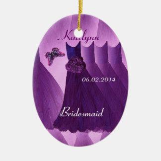 Las mariposas púrpuras de las damas de honor le adorno navideño ovalado de cerámica