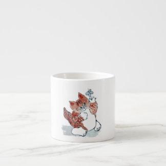 Las mariposas salen después del gatito de la taza espresso